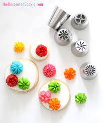 Flower Decorating Tips | how to use the russian flower decorating tips on cupcakes or