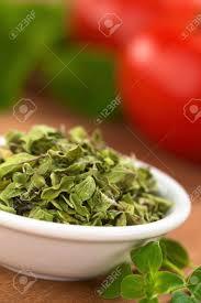 origan frais en cuisine feuilles d origan séchées dans un petit bol avec de l origan frais