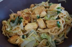cuisiner le chou chinois nouilles chinoises au poulet épicé et au chou chinois coupe et cuit