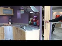 cuisine placard coulissant cuisine mur violet placard coulissant