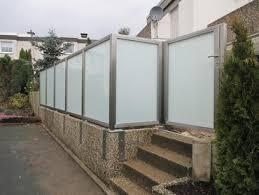 sichtschutz aus edelstahl sichtschutzzaun glas balkon terrasse