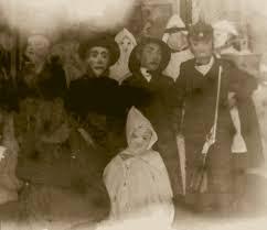 30 vintage photos show strange and terrifying halloween costumes