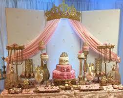 couvert lit lit couvert couronne murale decor or avec des panneaux de