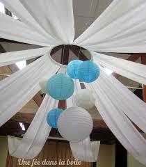 tenture plafond mariage mariage turquoise et blanc pour égayer le plafond de jolies