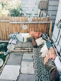 h ngematte auf balkon hängematte balkon teppich dekokissen balkon