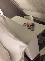 mettre sur le bureau j ai trouvé l idée de mettre un bureau derrière la tête de lit juste