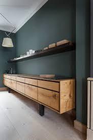Meuble Tv Longueur Maison Et Mobilier D Intérieur Un Mur Vert Profond Et Sourd Rehaussé Par Un Meuble Bas Tout En