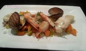 cuisiner queue de lotte recette de queue de lotte et fruits de mer sur lit de légumes façon