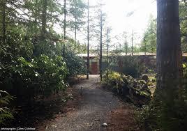 dřevěný dům v lese u rybníka dům a byt