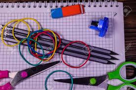 bloc note sur bureau ensemble de différentes papeteries scolaires bloc notes ciseaux