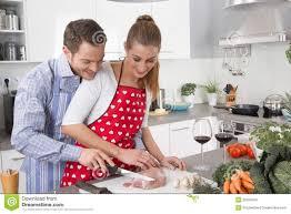 les couples dans l amour faisant cuire ensemble dans la cuisine et à