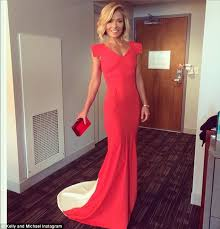 how to get kelly ripa wavy hair kelly ripa stuns in peach gown on oscars red carpet with co host