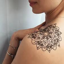 mandala tattoo zum aufkleben frau mit schultertattoo aus hennafarbe mandalatattoo in schwarzer