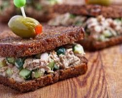 canap au thon recette de canapés de seigle au thon concombre et olives