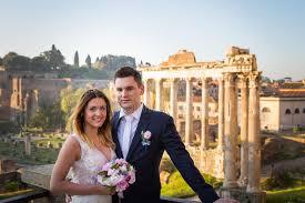 forum mariage le mariage de jeunes mariés pose devant forum rome aie