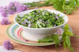 fleurs de ciboulette en cuisine salade de blanchir goutweed avec des fleurs de ciboulette image