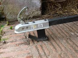 fabriquer porte de grange transporter 2 balles rondes avec un âne et 2 brouettes porte balle