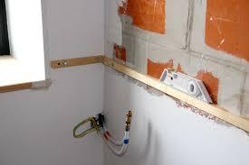 fixer une cuisine sur du placo fixer plan de travail cuisine fixer plan de travail ikea au mur sur