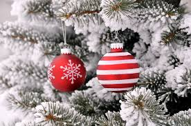 Christmas Tree Ideas 2015 Red Red White Gold Glittery Decor On Snow Covered Pine Tree