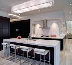 spot eclairage cuisine eclairage de cuisine idee eclairage cuisine meuble en bois clair sol