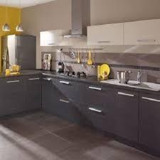 cuisine taupe et gris cuisine taupe clair meubles gris et accessoires jaunes larder and