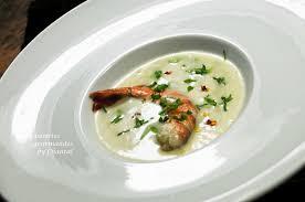 recette de cuisine de chef étoilé crème de pommes de terre gambas et condiment cresson artichaut