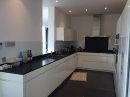 plan de travail cuisine blanc brillant chambre credence violette cuisine inox et aubergine contemporaine