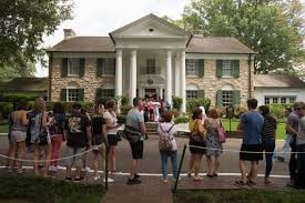 Elvis Presley Home by Elvis Presley Candlelight Vigil At Graceland In Pictures The
