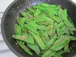 cuisiner des pois mange tout sauté de pois mange tout aux graines de sésame savormania