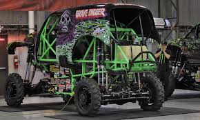 monster truck crash video driver of famed u0027grave digger u0027 monster truck injured during back