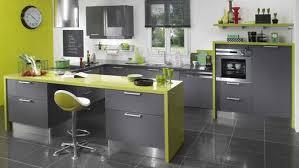 cuisine grise plan de travail noir un plan de travail en contraste avec les meubles de la cuisine