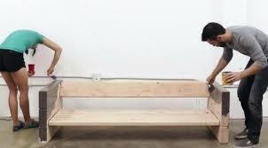 diy canapé diy fabriquer un canapé avec des planches de bois et des coussins