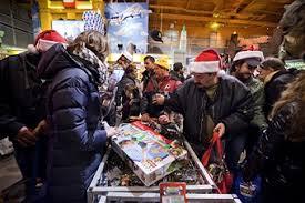 photos et images de toys r us launches shopping season on