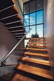 escalier design bois metal suspendu bois massif rampe verre main courante métal