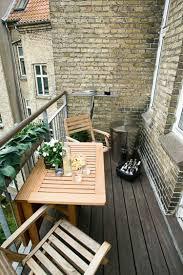 kleine balkone kleine balkone gestalten balkonmöbel holz platzsparend praktisch