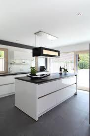 küche mit schwarzen fliesen kuche weiss hochglanz braun ansprechend
