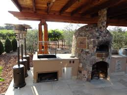 cedar arbor spanning outdoor kitchen designed by leasure concepts