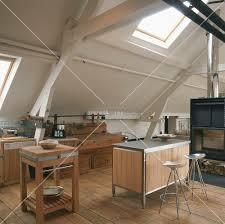 dachgeschoss k che offene küche im dachgeschoss mit kamin bild kaufen living4media