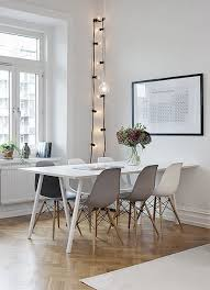 Des Tages Weiße Stühle - White and black dining table