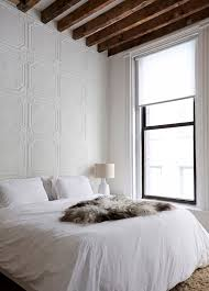 revetement plafond chambre chambre total look blanc poutres bois au plafond et revêtement