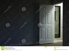 ouverte sur chambre porte ouverte dans la chambre foncée photo stock image du foncé