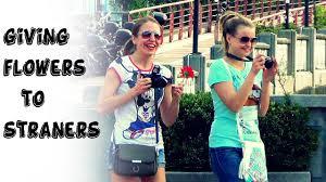strangers flowers giving flowers to strangers on smile