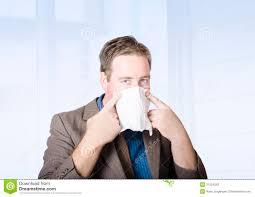 de sexe dans un bureau employé de bureau de sexe masculin malade avec le virus de froid