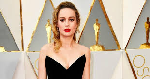 brie larson casey affleck brie larson s reaction to handing oscar to best actor casey affleck