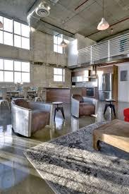 béton ciré sol fauteuils en cuir gris plafond bois tapis gris