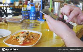 reseau social cuisine photographies de client aimé le plat sur un téléphone mobile