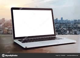 mettre sur le bureau ordinateur portable sur la table en fond de salle de bureau pour