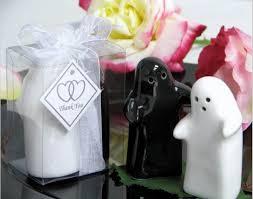 salt and pepper wedding favors free shipping black white ceramic kisses and hugs salt pepper