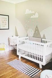 une peinture chambre bébé avec motifs et stickers peinture chambre
