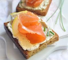 canapé au saumon toasts de d épices au saumon et rondelé envie de bien manger